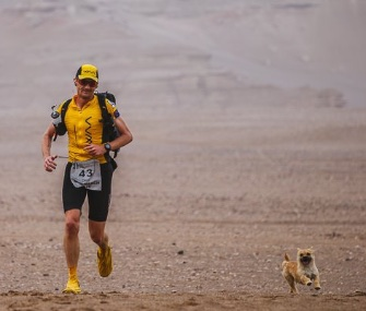 Gobi runs alongside Scotland's Dion Leonard during a 155-mile race in China.