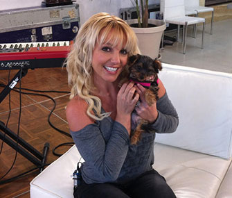 Britney Spears poses with her new puppy, Hannah.